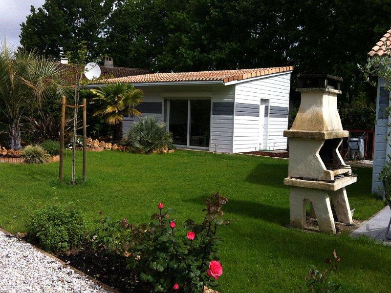 Chalet Studio 40m2,dans Jardin arboré,plein pied,neuf à 400m des commerces, holiday rental in Lege-Cap-Ferret