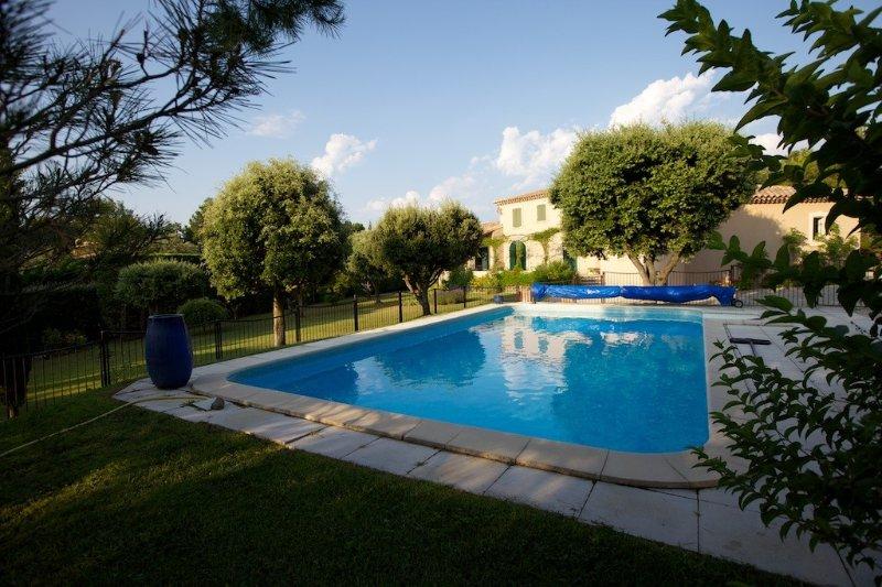 Provence, bastide charme 200m2, climatisée, calme, piscine chauffée, sécurisée., holiday rental in La Roque sur Pernes