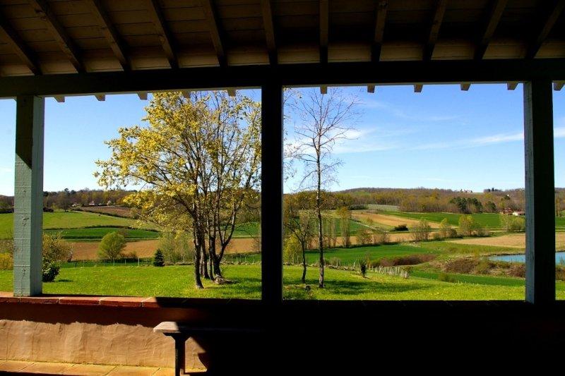 Au milieu de vergers, ferme restaurée. Vue magnifique. Calme. Piscine., holiday rental in Meauzac