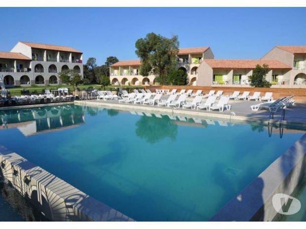 Beau 3 pièces climatisé et wifi, vue sur mer, piscine chauffée, 50 m de la plage, holiday rental in Bravone