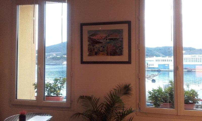 Très belle vue sur le port au petit matin. Les chalutiers rentrent de  la peche.