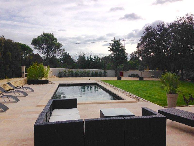 Maison provencale moderne, idéalement située, très beau cadre, holiday rental in Lourmarin