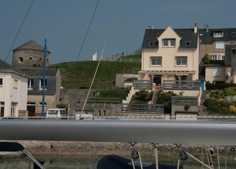 Terrasse ensoleillée et abritée - Très belle vue sur le port. 50m de la mer, aluguéis de temporada em Port-en-Bessin-Huppain