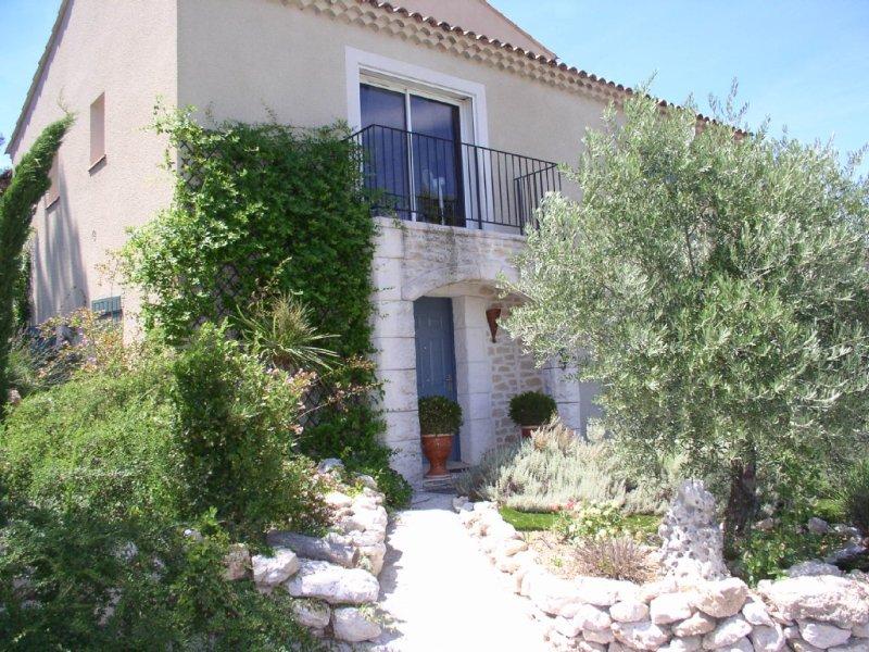 villa provençale climatisé à Aix en Provence avec  piscine, vue panoramique, holiday rental in Les Milles