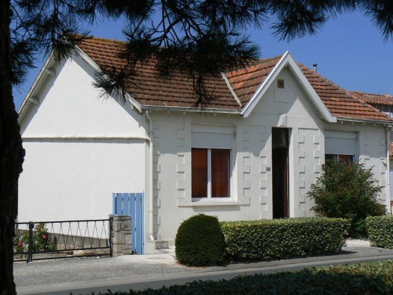 Maison traditionnelle  Chatelaillonnaise, 2 ch, grand jardin,10 mn plage à pied, holiday rental in Saint Vivien