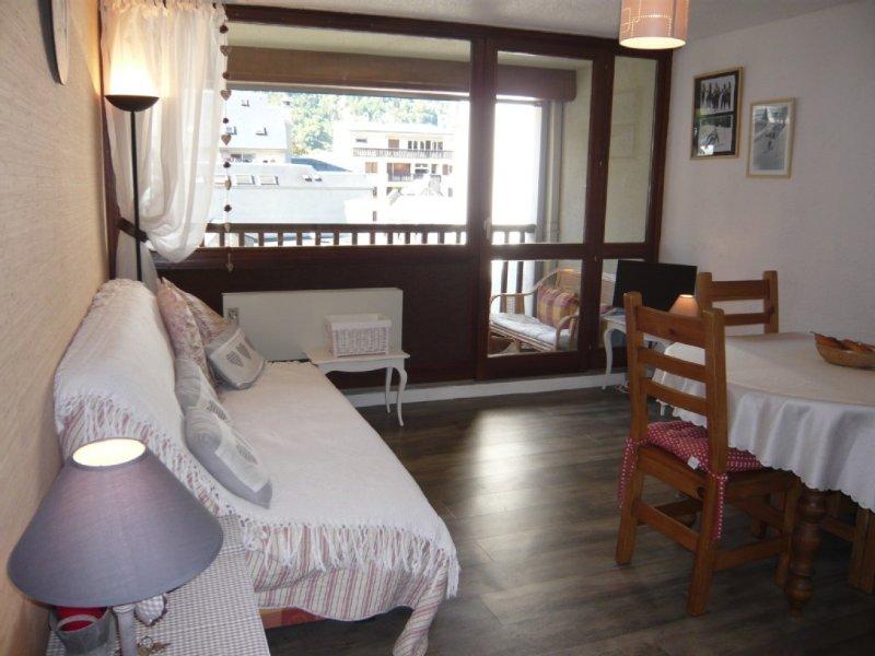 Bel appartement lumineux à proximité de tout, parking et commerces, holiday rental in Saint-Lary-Soulan
