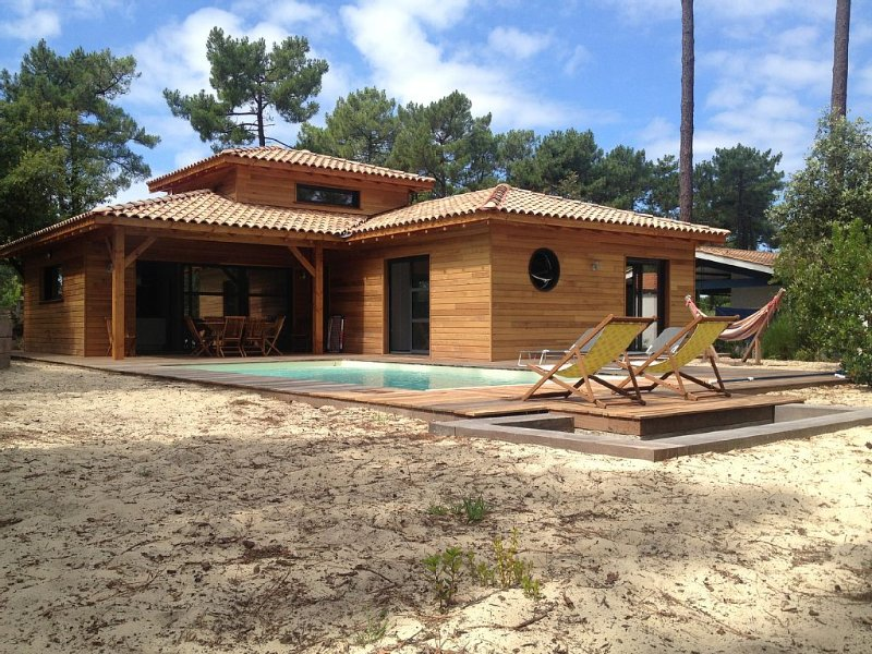 Maison Bois 6/8 Personnes avec Piscine, holiday rental in Lacanau
