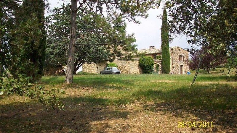Mas ancien et vaste piscine idéalement situés face au Ventoux et aux Baronnies., holiday rental in Puymeras