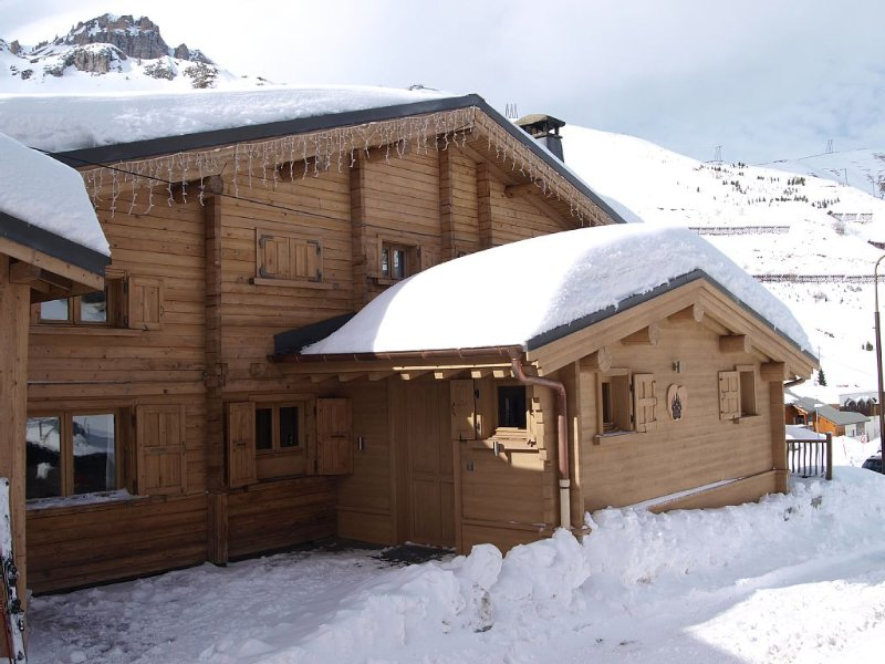 Luxury ski-in/ski-out Chalet with jacuzzi and sauna Tignes 2100m - Val d'Isère, holiday rental in Tignes