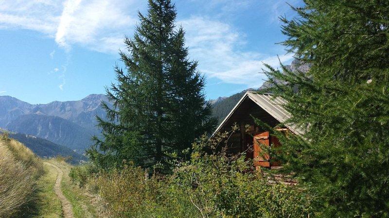 Chalet au milieu de la nature avec une vue panoramique sur la vallée., location de vacances à Molines-en-Queyras