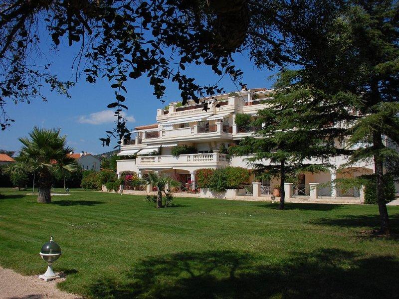 A Carqueiranne, dans un site exceptionnel,appartement 2 ch. entièrement équipé, holiday rental in Carqueiranne