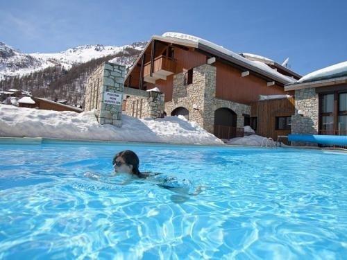 La piscine privée, chauffée, gratuite, accessible depuis l'intérieur