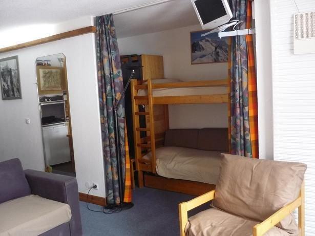 coin repos avec 2 lits superposés et des armoires de rangement