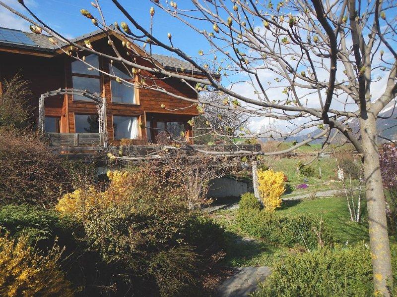 Beau chalet spacieux avec vue panoramique rare, & Lac de Serre Ponçon, holiday rental in Puy-Sanieres