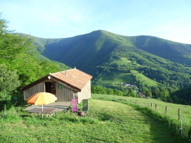 Vue panoramique, isolé en montagne, éco-rénovation, holiday rental in Moulis