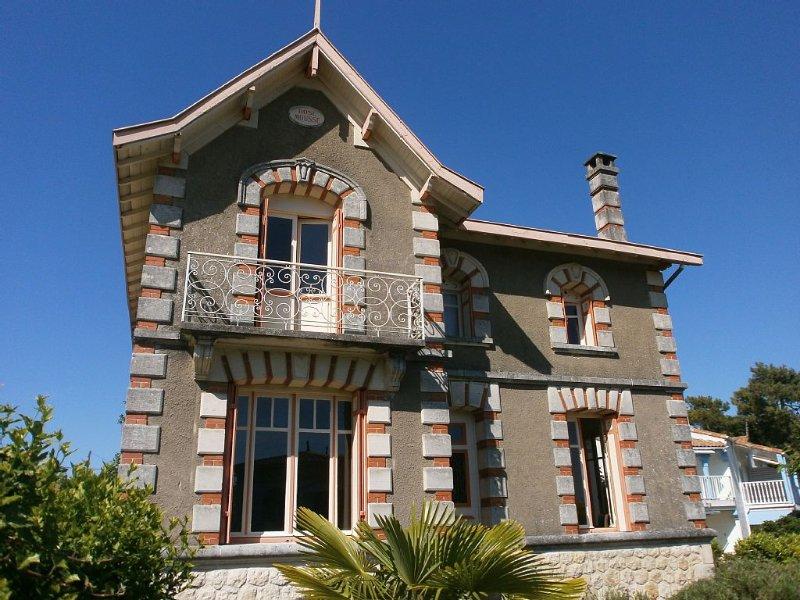 Belle villa 5 mins à pieds plage et tous commerce, marché, restaurants. 12p. 5ch, casa vacanza a Meschers-sur-Gironde