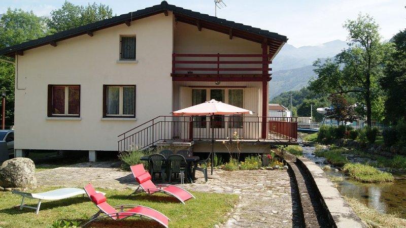 Belle maison bordant une rivière avec grand terrain, holiday rental in Vebre