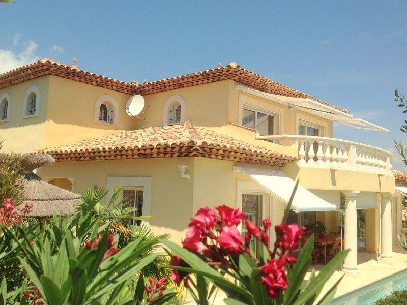 Magnifique villa, superbe vue mer avec piscine privée et chauffée, garage ,clim, location de vacances à Fréjus