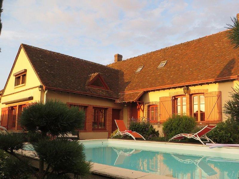 DESTINATION CHARME ET RELAXATION à la campagne 12 personnes avec piscine spa, holiday rental in Bonneval