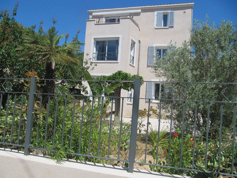 T3 NEUF DE LUXE AVEC GARAGE A 150m DU PORT, location de vacances à Sanary-sur-Mer