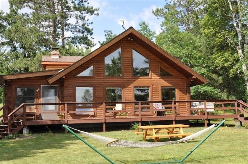 Bass Lake Log House! 3-Season, Full Service Vacation Rental, holiday rental in Grand Rapids