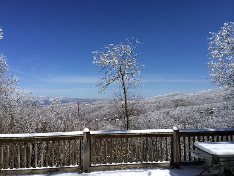 New Listing! 1 Min To Ski Beech Resort, Mountain Views, Hot Tub & 4 Bedrooms, holiday rental in Beech Mountain