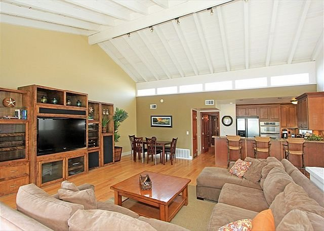 Lots of room, steps from the sand! Add downstairs condo for big groups!  #638766, vacation rental in Newport Beach