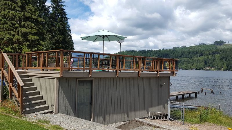 Bobbi's Beach House is a spacious water front home with something for everyone!, alquiler vacacional en Granite Falls