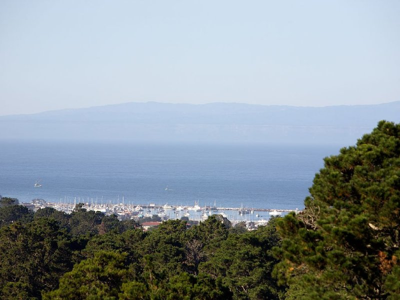 SPACIOUS CARMEL HOME with STUNNING MONTEREY BAY VIEWS, aluguéis de temporada em Carmel