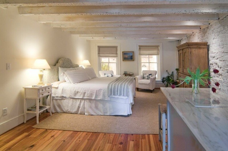 Romantic Loft Apartment in Historic Downtown with Parking, holiday rental in Charleston