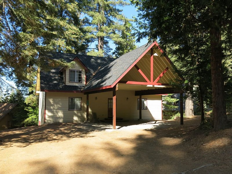 Stay Inside Yosemite National Park at the Hummingbird Pines House!, alquiler de vacaciones en Parque Nacional de Yosemite