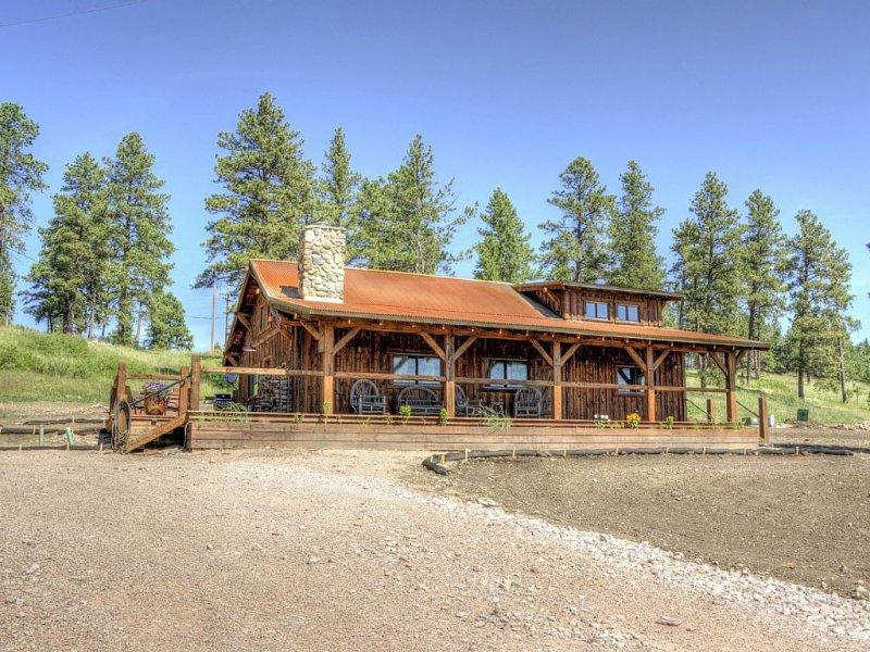 Foto de la cabina antes del hábitat de crecimiento de la hierba silvestre.