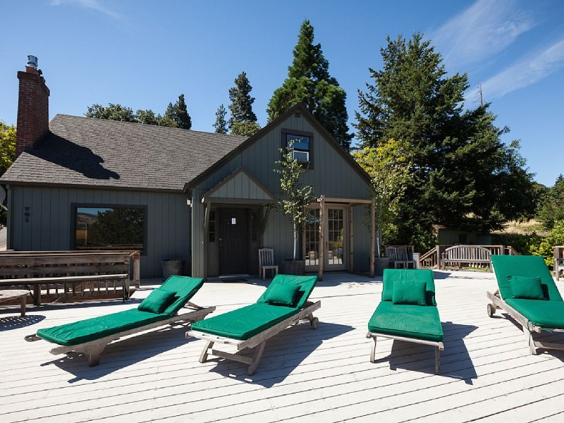 Downtown HR home, amazing views, huge deck, outdoor shower, hot tub, 1/3 acre, vacation rental in Hood River
