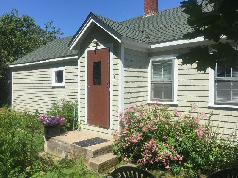 Garden cottage w/ 4 kayaks/gear/dock/parking access on Stonington Harbor nearby, holiday rental in North Haven