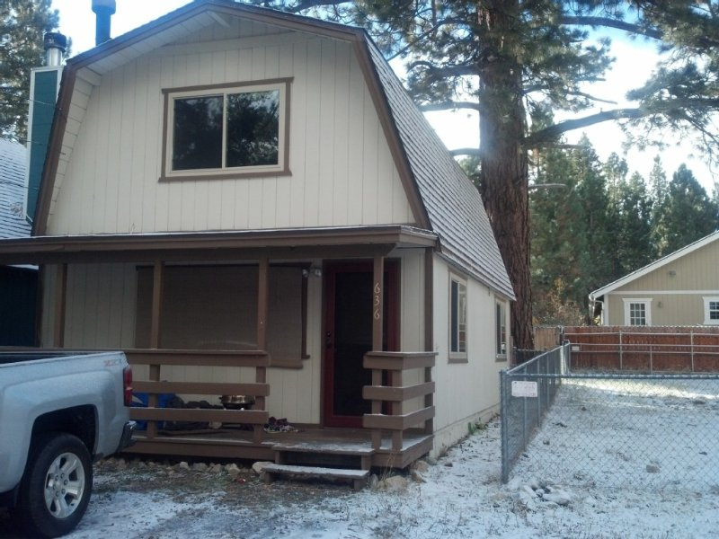 Enjoy a winter wonderland at Cozy Cabin Retreat!, alquiler de vacaciones en Big Bear City