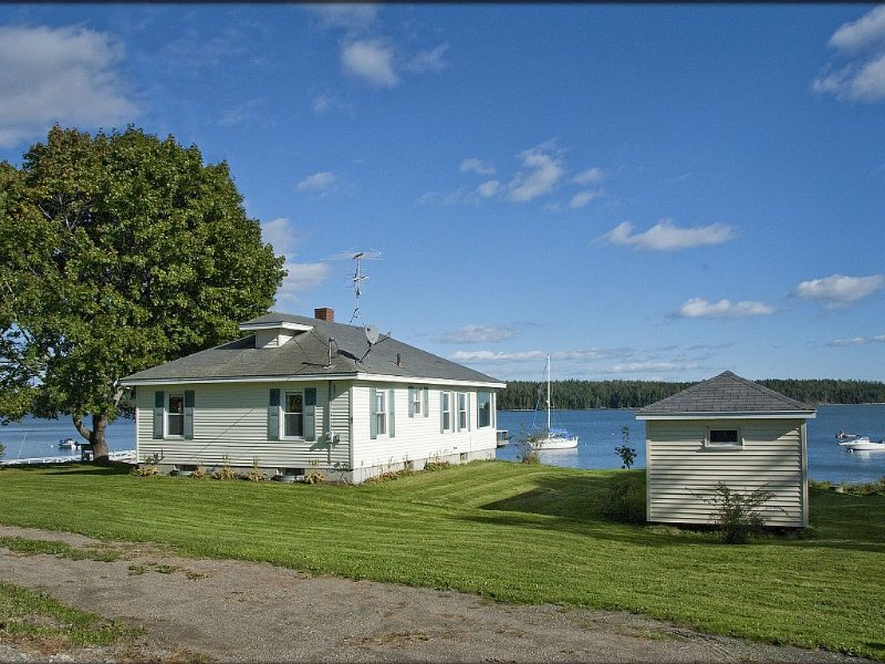 Your Windows To The Ocean, Lobstering Village, And Private Floating Dock!, holiday rental in Nobleboro