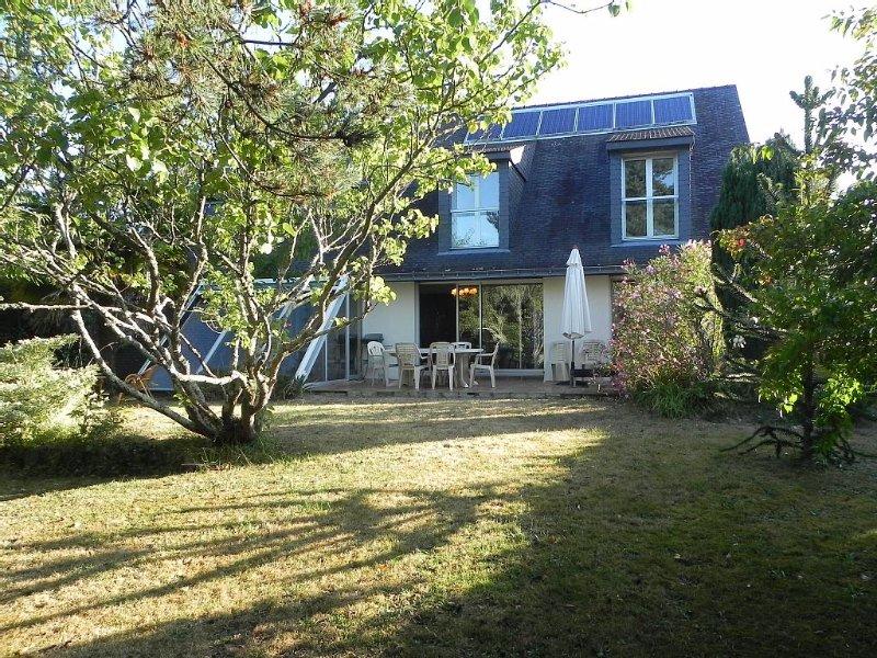 Maison avec jardin clos arboré sans aucun vis à vis à 5 mn à pied du bourg, location de vacances à Arradon