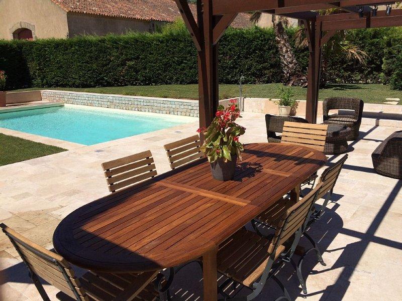 Exceptionnelle maison indépendante, piscine, dans un domaine viticole historique, holiday rental in Nissan-lez-Enserune