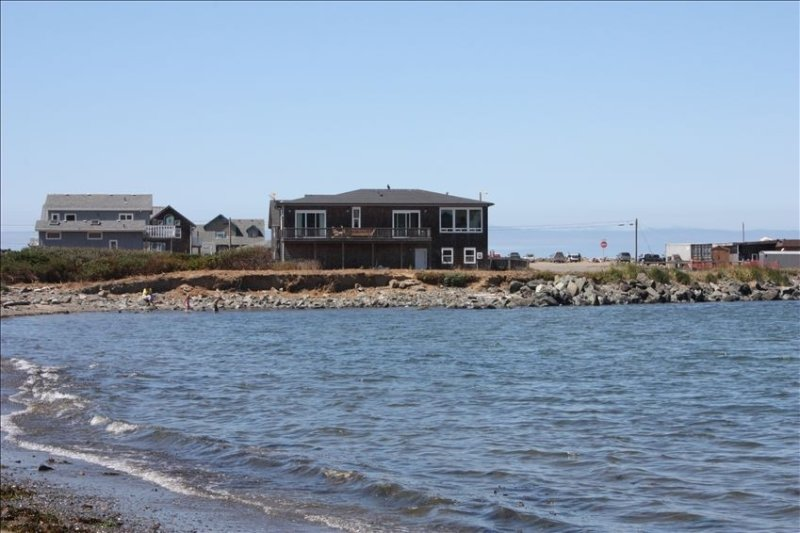 Spectacular Jetty Home with Ocean Views, location de vacances à Bandon