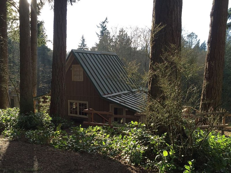Serene Pastoral Cottage Nestled In The Forest Surrounded By Exceptional Gardens., location de vacances à Suquamish