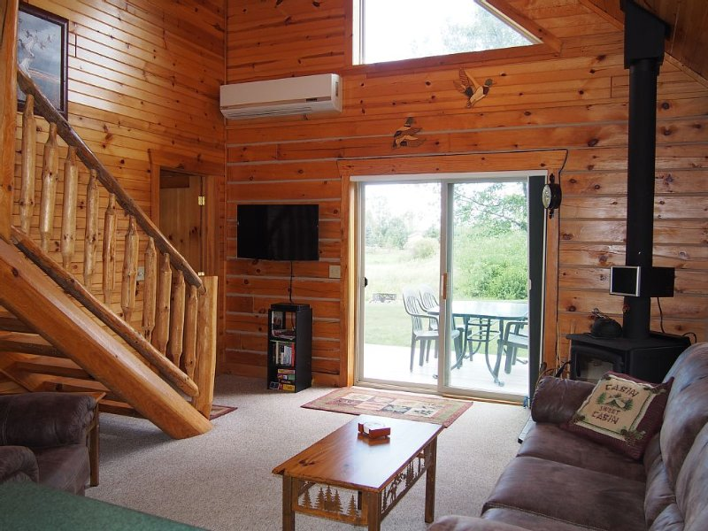 Charming Log Cabin with Wood Burning Fireplace – 1 mile from Downtown Hayward, alquiler de vacaciones en Hayward