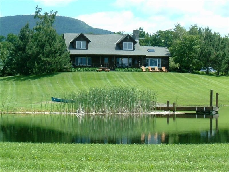 Private Country Log Home with Spectacular Views and Pond on 11 Acres, aluguéis de temporada em East Hardwick