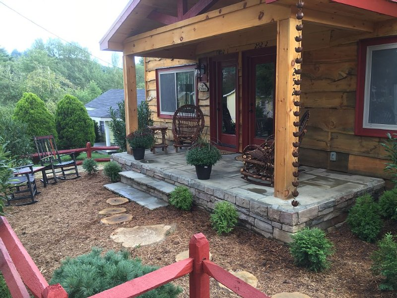 Downtown Main Street Unit 2 FENCED YARD, alquiler de vacaciones en Blowing Rock