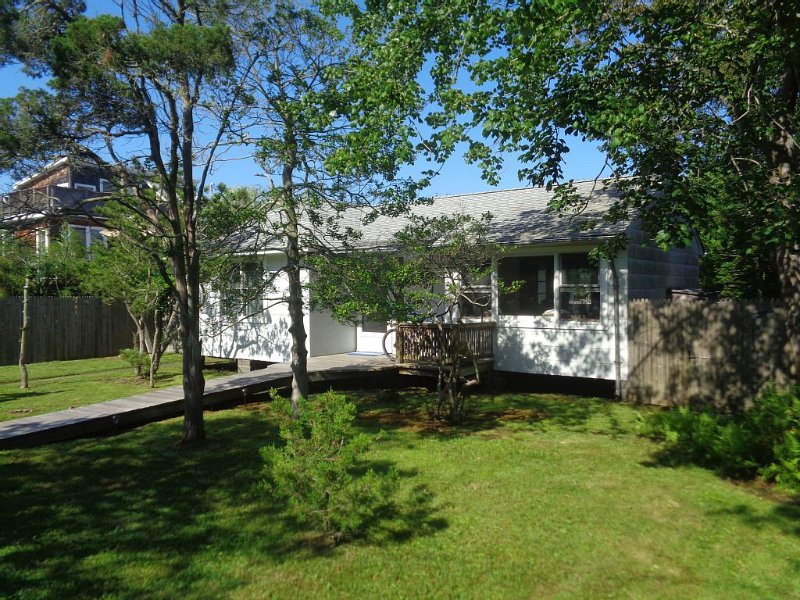 Classic, Peaceful, Family Living in Seaview. Close to beach, bay, market, and OB, aluguéis de temporada em Central Islip
