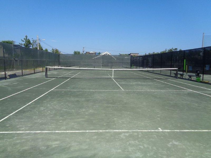 Clay tennisbanor. Mittemot lekplatsen.