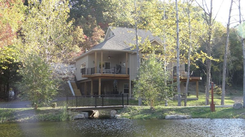 Lakefront Home Sleeps Up To 16 guests, Private Beach & Heated Pool., vacation rental in Lake Ozark