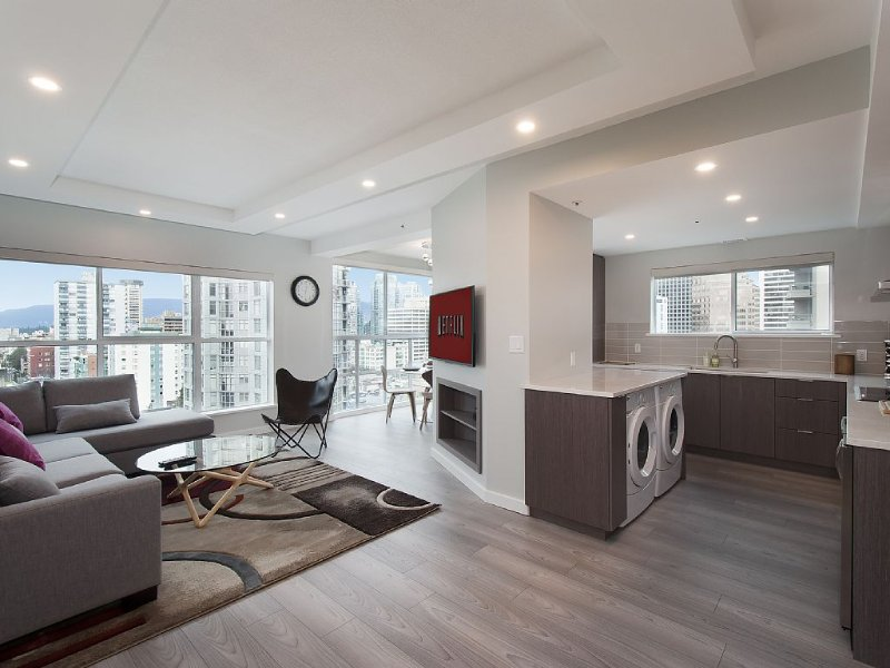 Spacious Luxury New Build In the very center of D'Town - Parking, Pool & Aircon, location de vacances à Vancouver