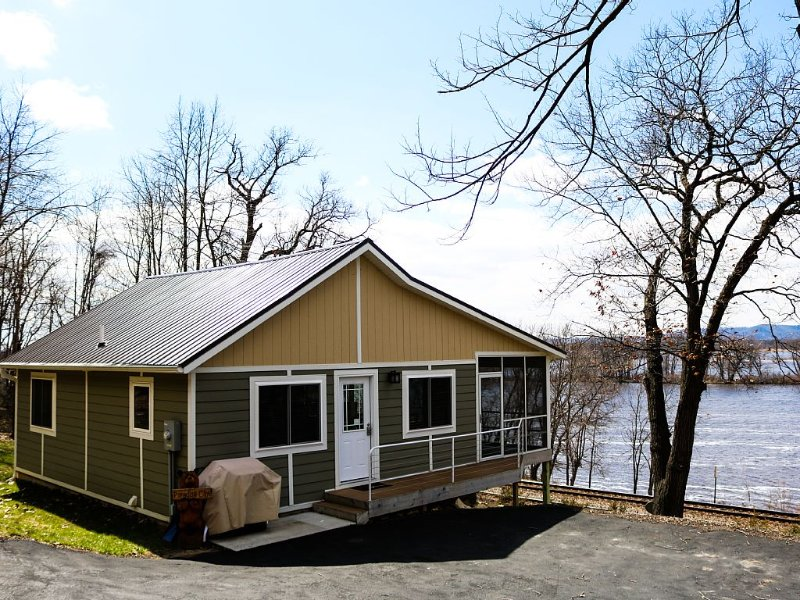 Upscale and modern. A hidden paradise on the backwaters of the Mississippi River, vacation rental in Alma