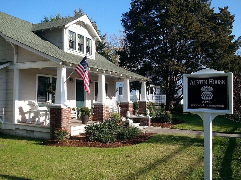 Beautifully Restored Craftsman home in  Manteo w/Private Second floor Loft, aluguéis de temporada em Roanoke Island