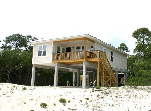 A secluded 3 bedroom, 2 bath Gulf view home nestled in lush tropical vegetation, location de vacances à St. George Island